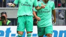 Benzema y Hazard celebran el gol del francés ante el Fenerbahce