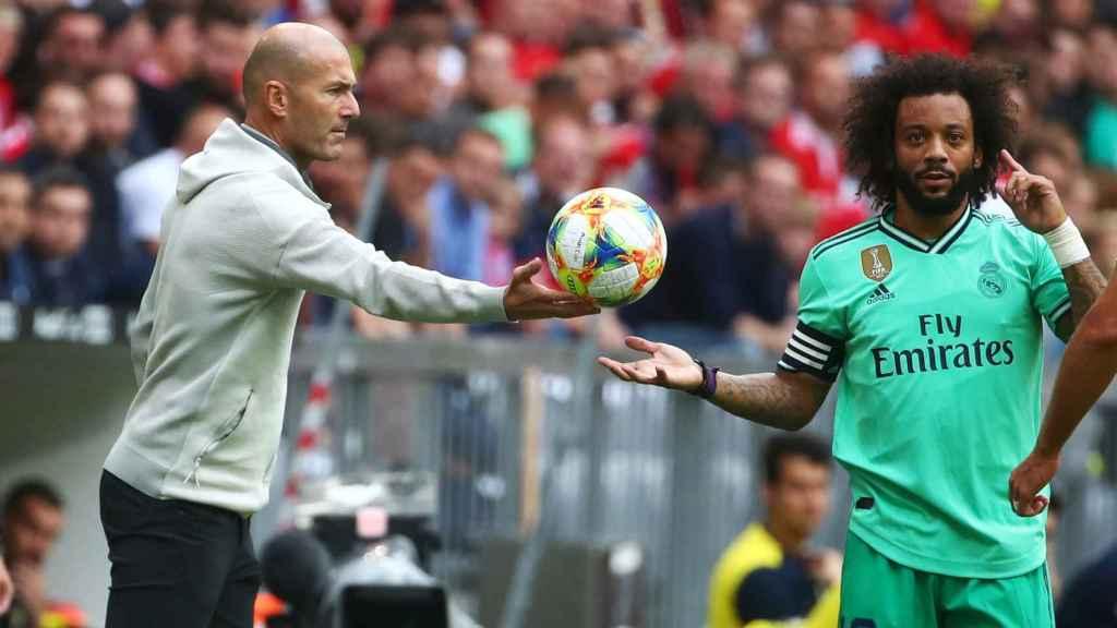 Zidane pasa el balón a Marcelo
