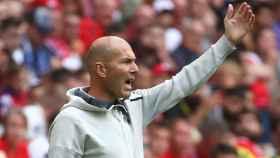 Zidane da órdenes a sus jugadores desde la grada