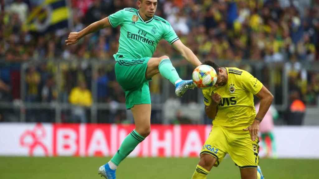 Fede Valverde se adelanta a un jugador del Fenerbahce y le roba el balón