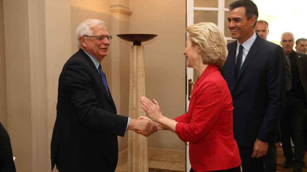 Ursula Von der Leyen saluda a Josep Borrell ante Pedro Sánchez, en una reunión reciente.