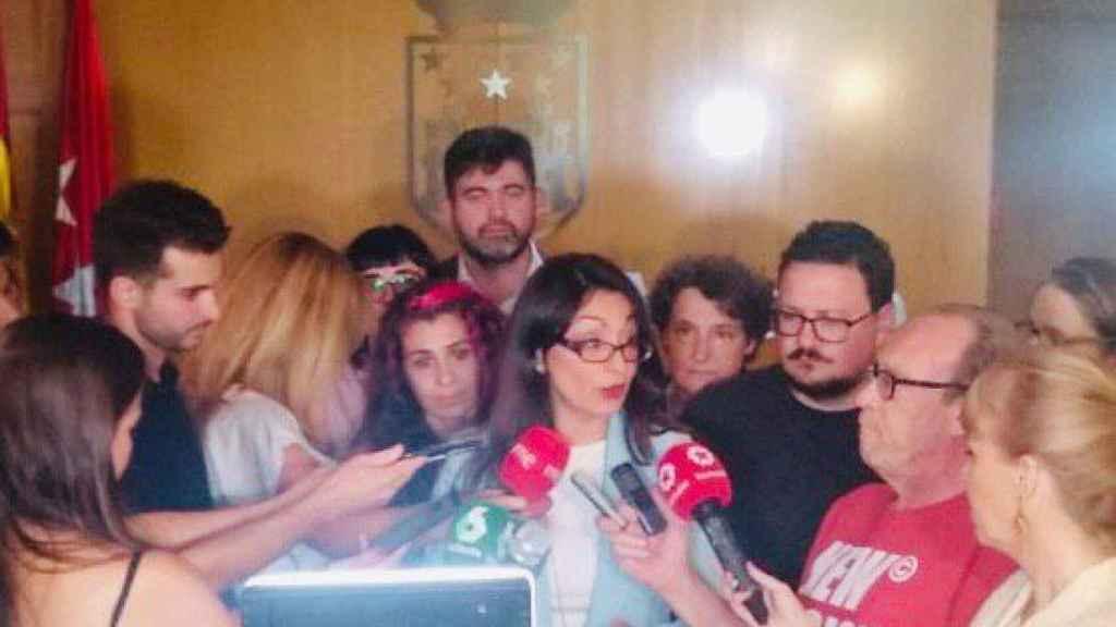 Sol Sánchez, líder de IU en la Comunidad de Madrid, presentando la denuncia.