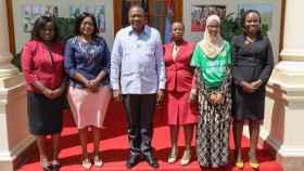 Las cinco finalistas de Ms President con el presidente de Kenia, Uhuru Kenyatta