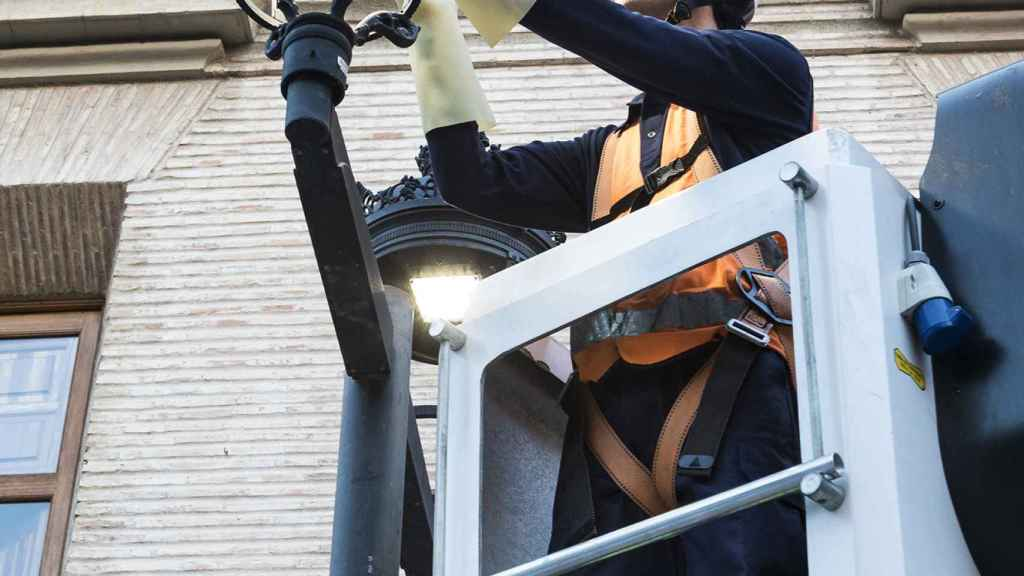 Técnico de Clece implantando las nuevas luminarias LED.