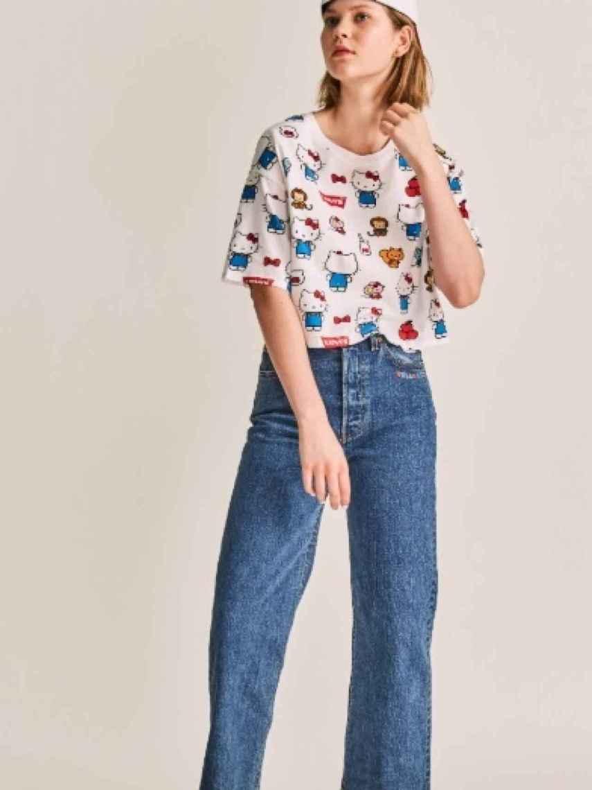 Modelo luciendo una camiseta de Hello Kitty y pantalón de Levis.