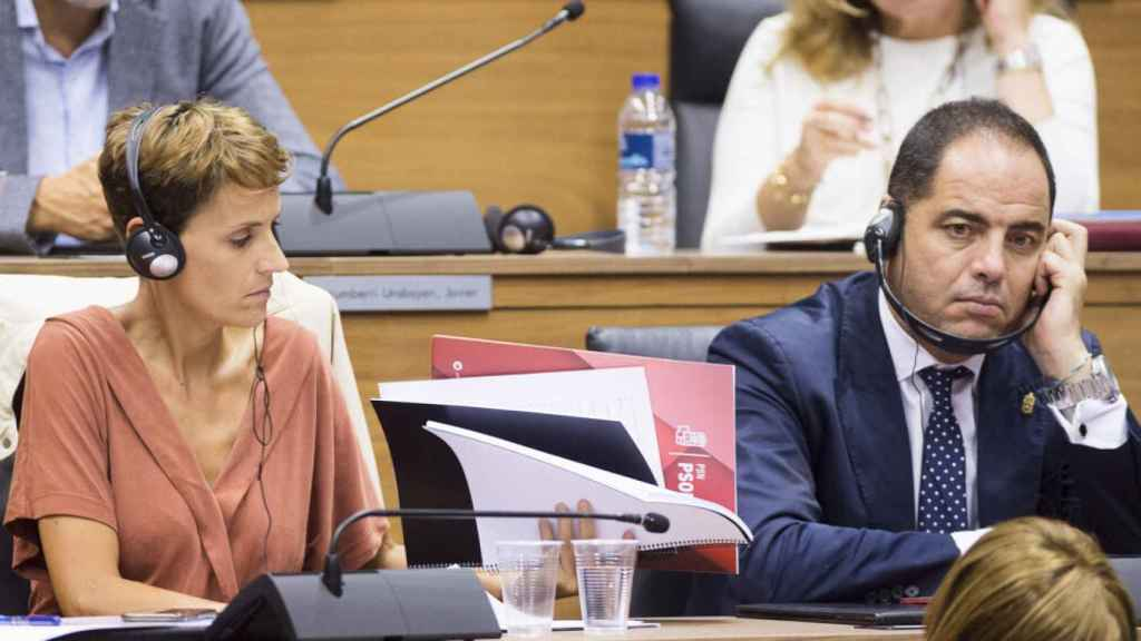 María Chivite y Ramón Alzórriz, utilizaron cascos en el parlamento navarro para poder entender el discurso de Bakartxo Ruiz (Bildu).