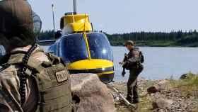 La Policía de Manitoba durante la búsqueda de los fugitivos.