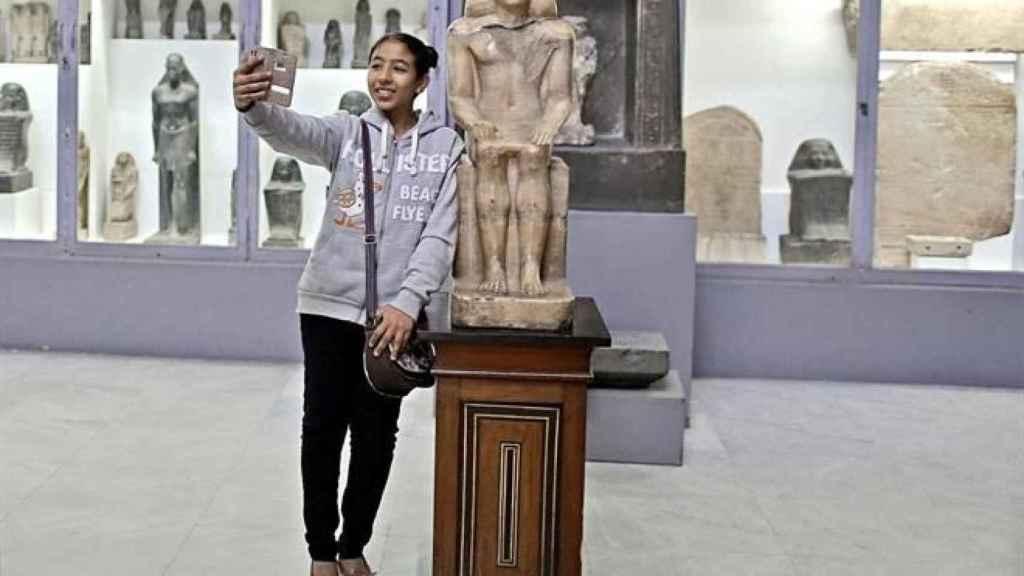Una chica se hace un selfie en el Museo Egipcio del Cairo.