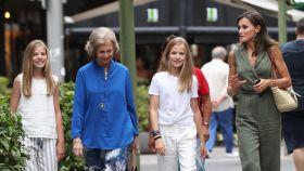 Letizia con sus hijas y la reina Sofía para ver 'El Rey León'.