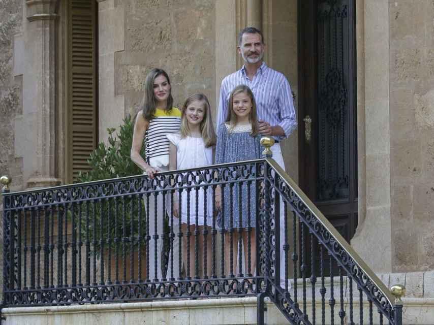 Posado de Letizia, Felipe, la princesa Leonor y la infanta Sofía en 2017.
