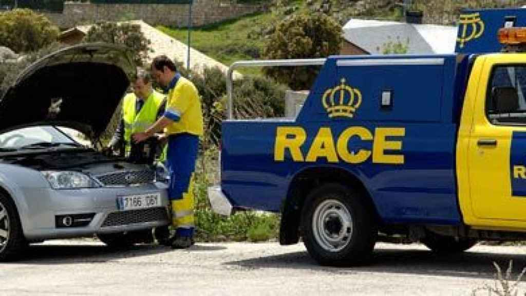 Técnicos del RACE asistiendo en carretera