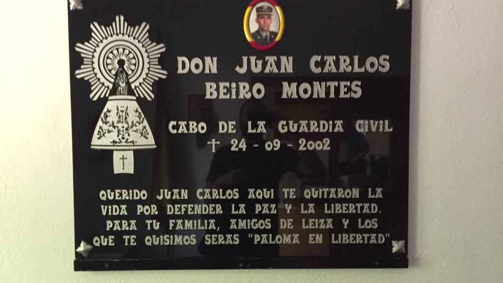 La lápida en homenaje al guardia civil asesinado está en el cuartel