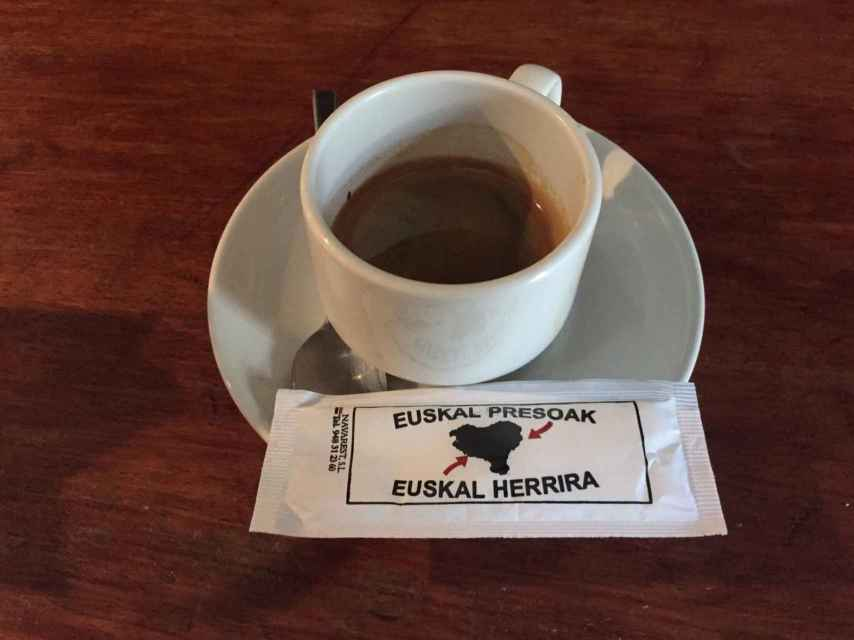 Hasta en los sobres de azúcar del café en los bares de Echarri hay mensajes pro-presos