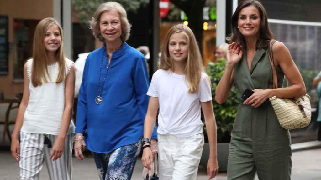Letizia con sus hijas y la reina Sofía para ver 'El Rey León' en Palma en el verano de 2019.