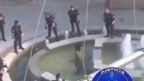 Un policía 'vuela' para neutralizar a un agresor que amenazaba con un machete a varios agentes