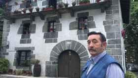 Silvestre Zubiaur, único concejal de Leiza que no es de Bildu, frente a la casa de Ocho apellidos vascos