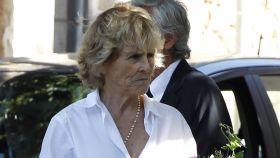 Mercedes Milá llegando al funeral de su madre en Barcelona.