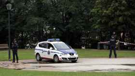 Agentes de la Ertzaintza, custodian la zona en el parque de Etxebarria donde han sucedido los hechos.
