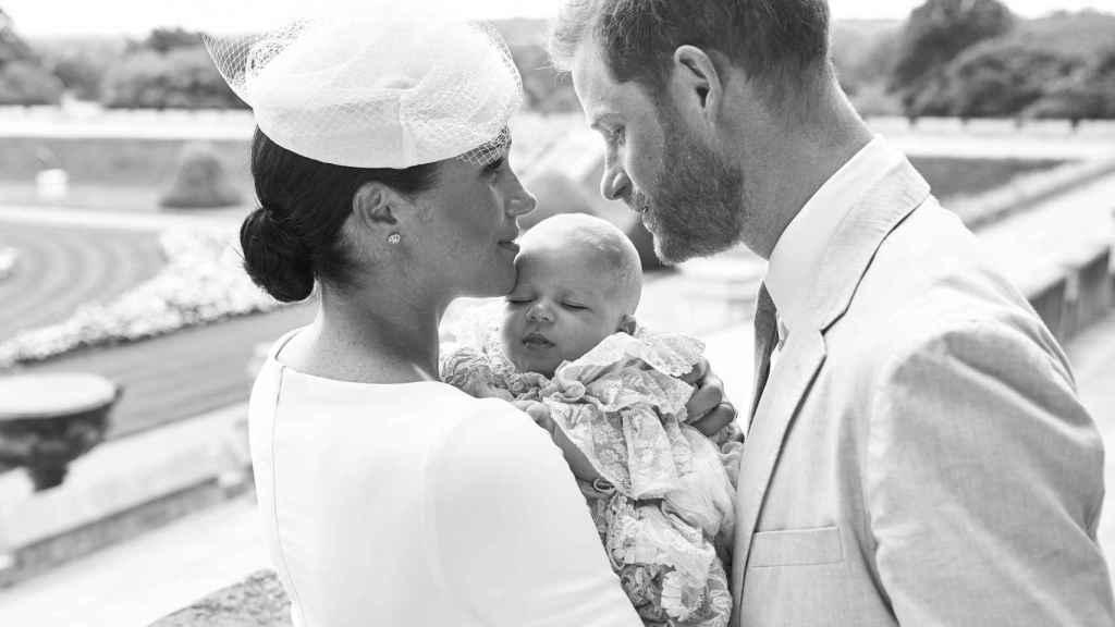 Meghan y Harry posando con su hijo en una imagen oficial.