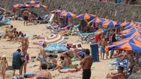 Turistas en una playa.