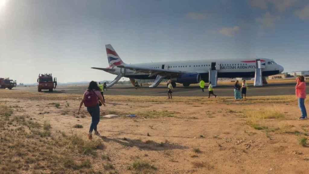 Los pasajeros del avión de British Airways tras el aterrizaje de emergencia en el aeropuerto de Manises, en Valencia.