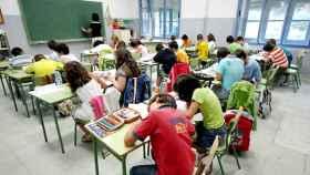 Imagen de archivo de escolares estudiando en una aula