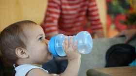 Imagen de un bebé ingiriendo líquido