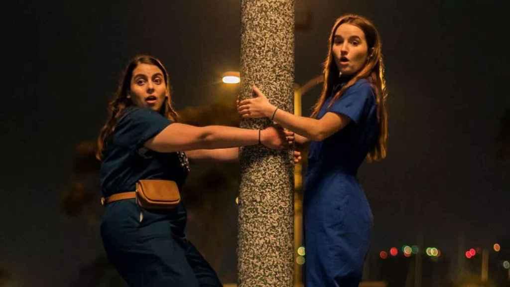Beanie Feldstein (izquierda) dará vida a Mónica Lewinsky en la serie.