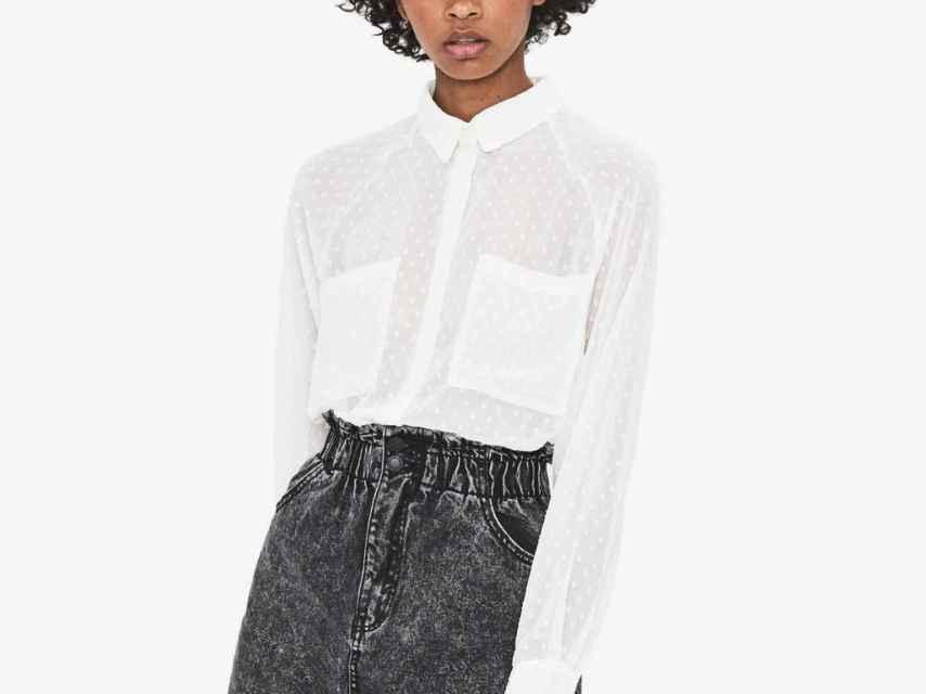 Una modelo luciendo la blusa de Mango.