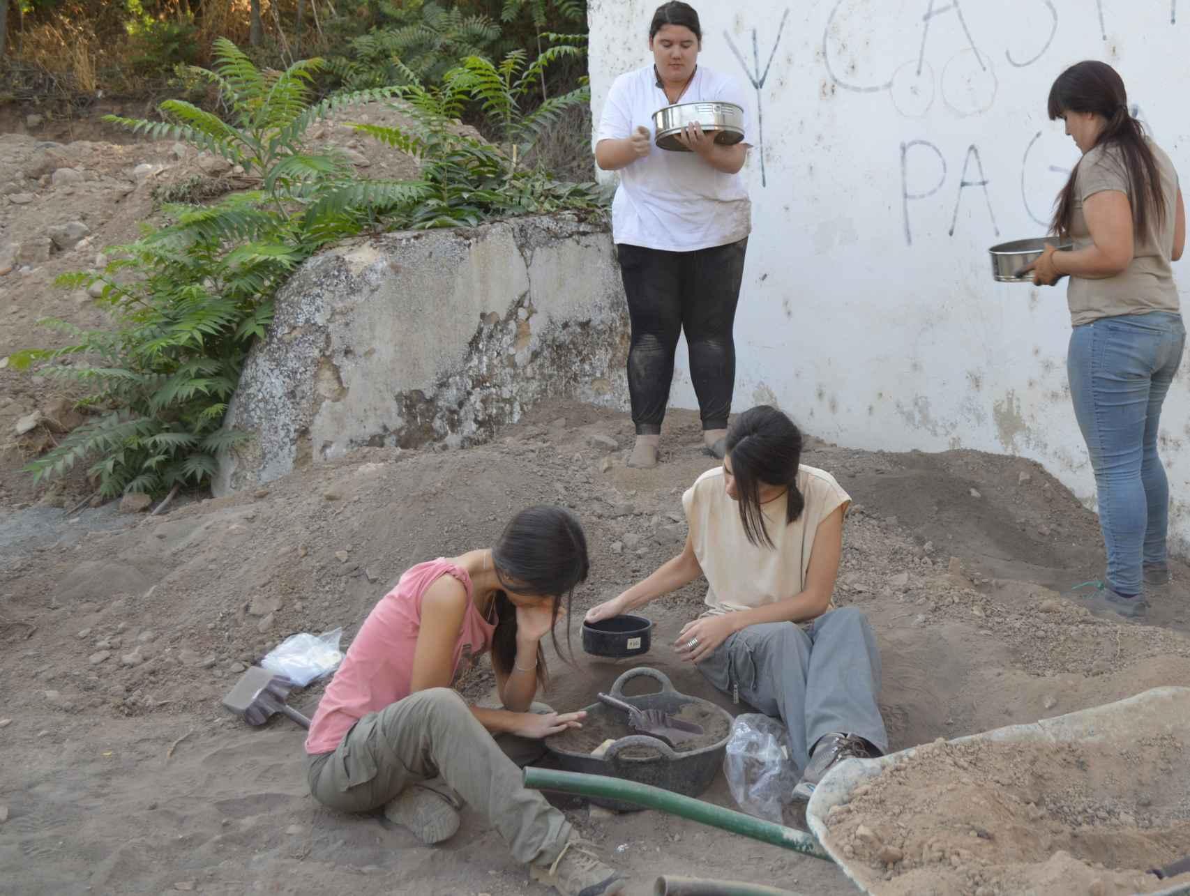 Voluntarios en la necrópolis.