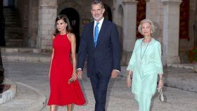 Los reyes Felipe, Letizia y la emérita Sofía en el Palacio Real de la Almudaina en Palma.