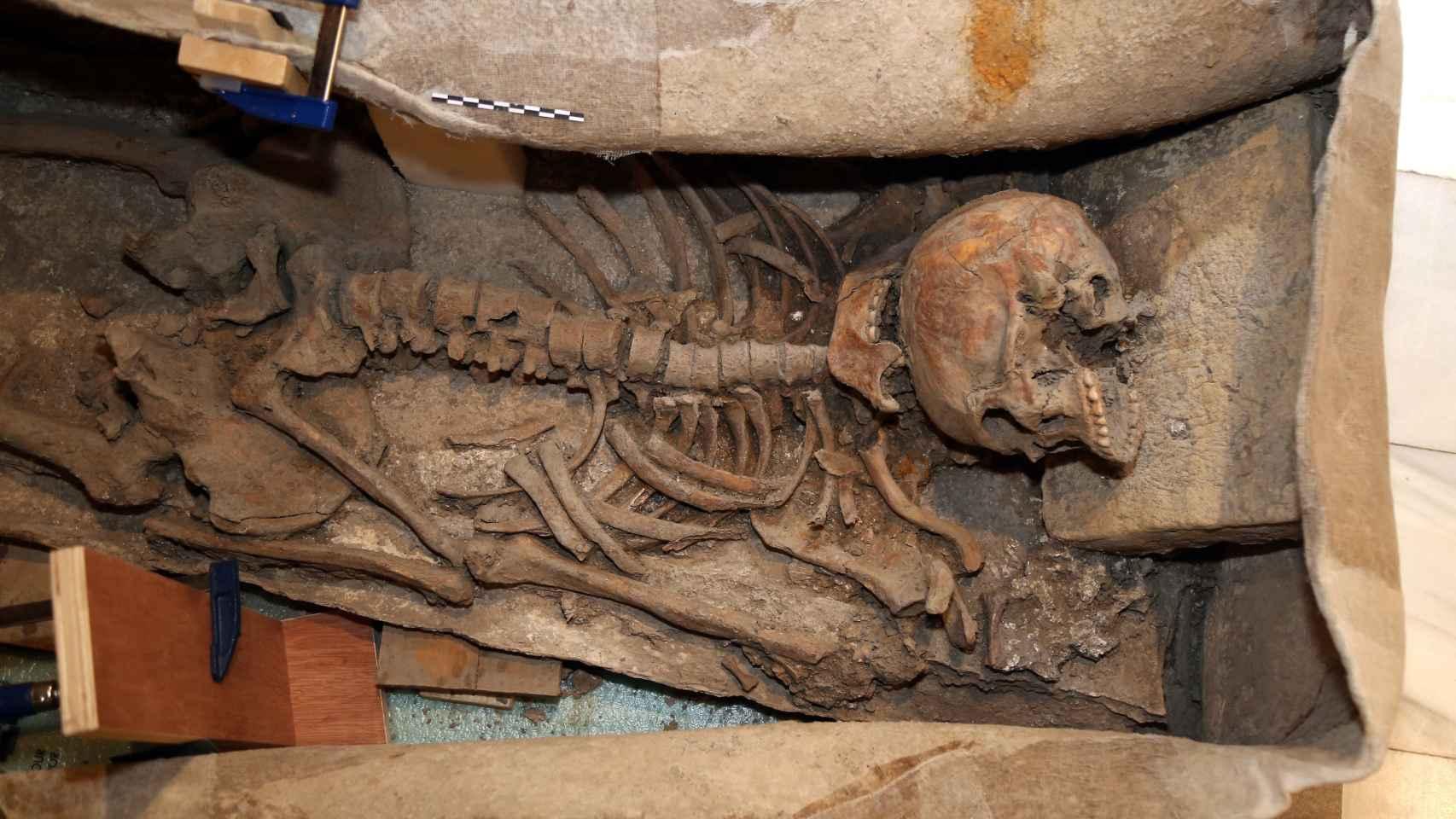 Interior del  sarcófago romano de entre los siglos II y IV encontrado en una excavación en pleno centro de Granada.