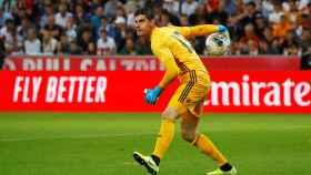 Thibaut Courtois comienza el ataque del Real Madrid con un saque con la mano