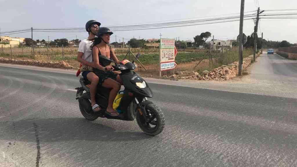 Dos jóvenes conducen por la PM - 820, carretera principal de la isla y donde se produjo el accidente.