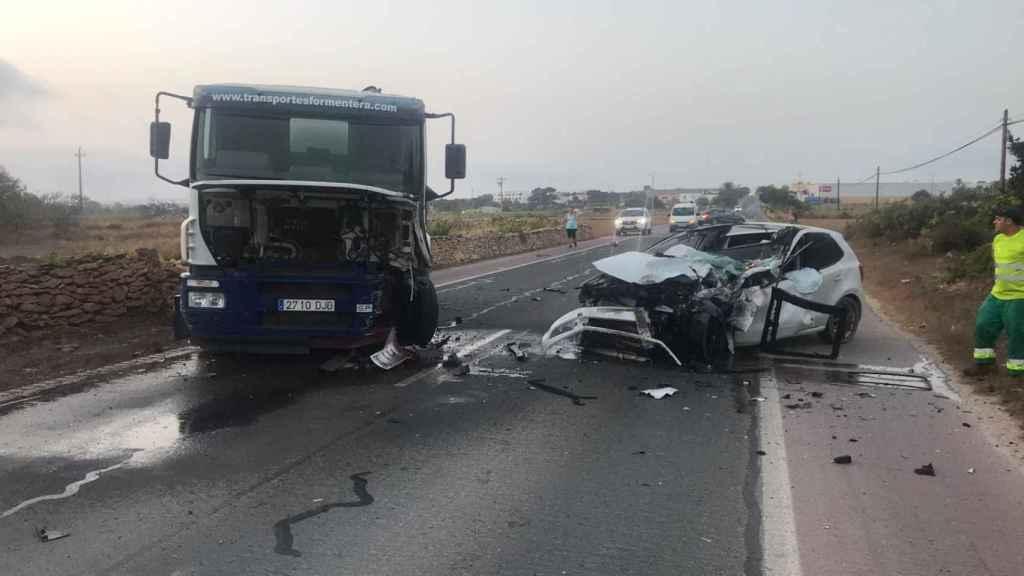 Un joven de 24 años colisionó su vehículo contra el camión cisterna del agua el pasado martes.