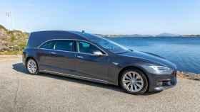 El Tesla convertido en coche fúnebre, para irte en silencio