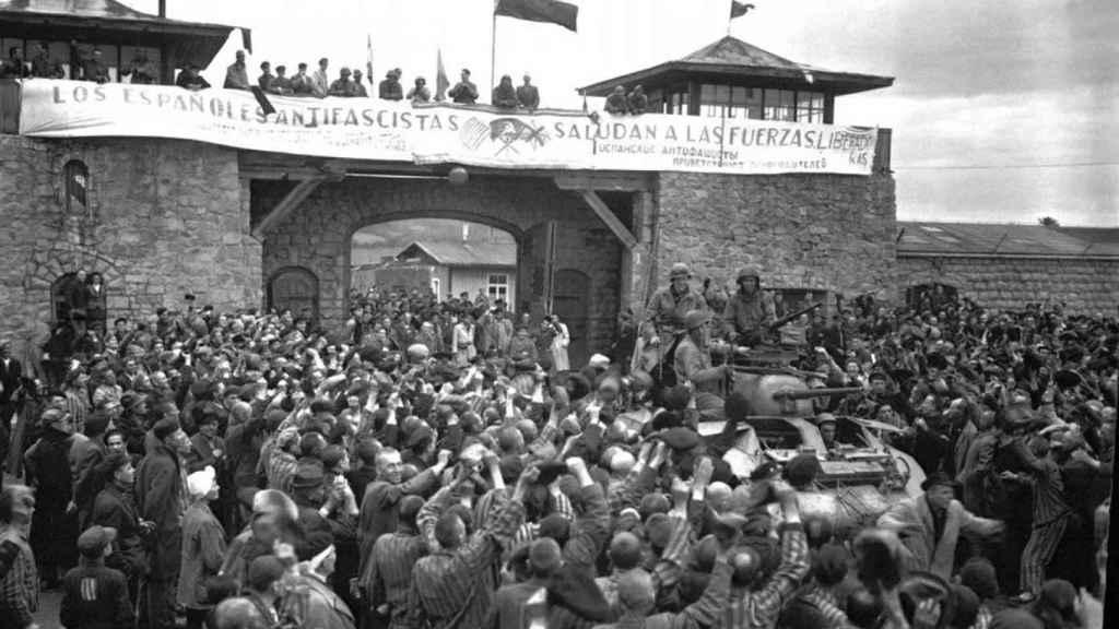 Imagen de los prisioneros de Mauthausen recibiendo a las tropas estadounidenses.