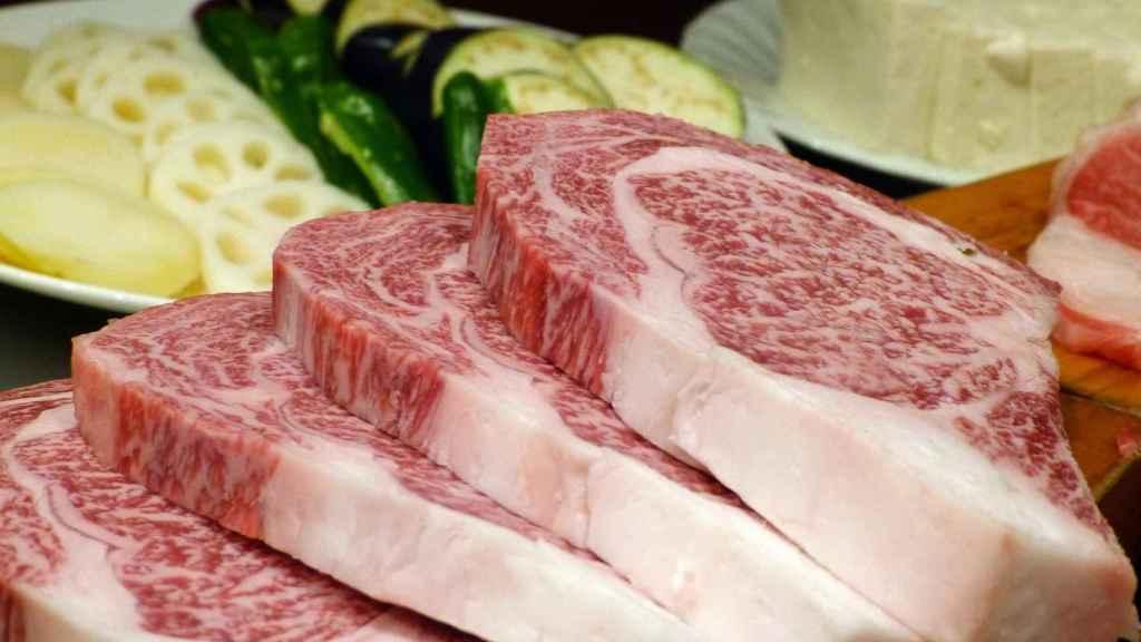 Unos filetes de carne roja dispuestos para ser cocinados.