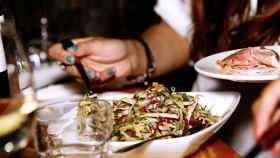Una mujer cenando en un restaurante.