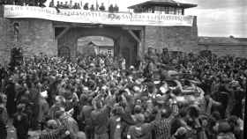 Prisioneros españoles de Mauthausen saludan a la 11ª División Acorazada de los EE UU.