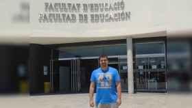 El fallecido Miguel Ángel en la entrada de la Facultad de Educación, en Alicante.