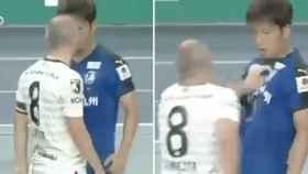 Iniesta se encara con un rival en la liga de Japón
