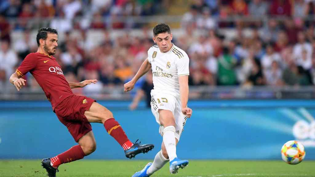 Valverde dispara a puerta presionado por un jugador de la Roma