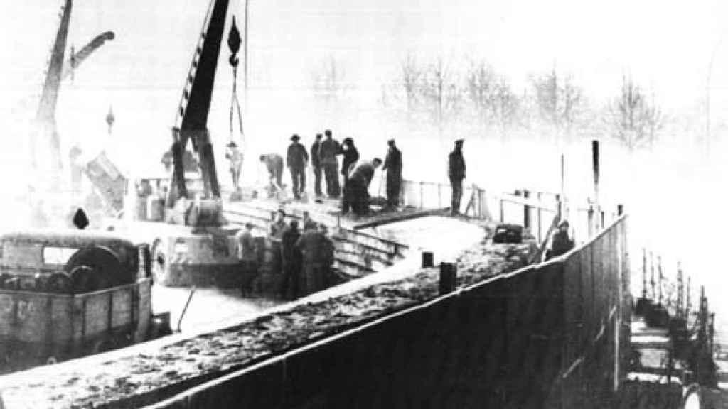 Trabajadores de la RDA construyendo el muro (1961).