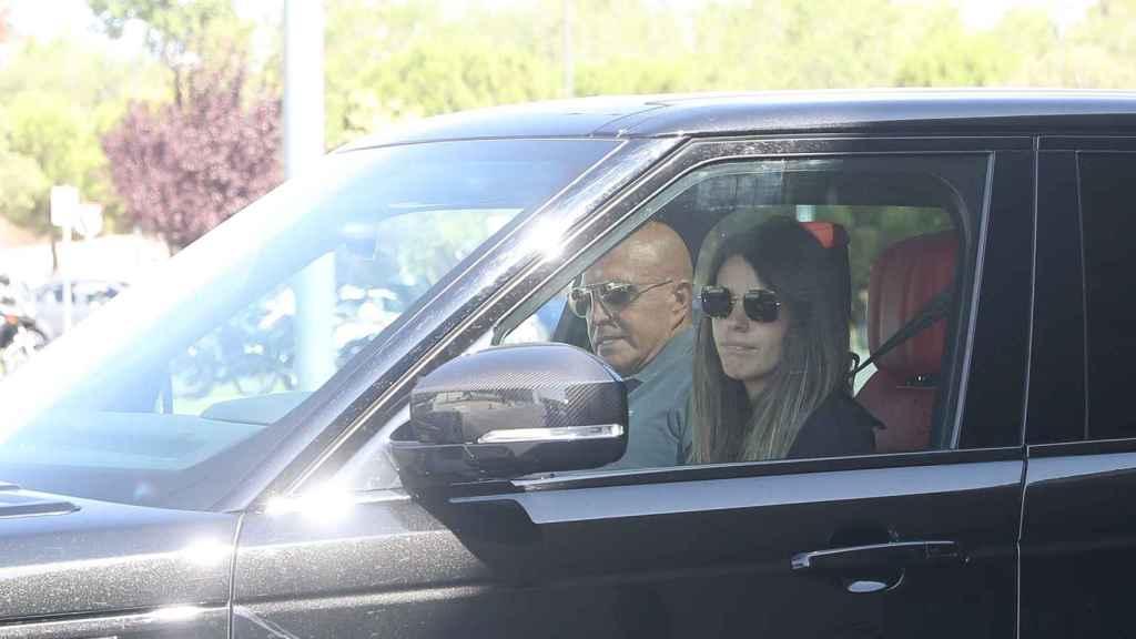 Laura Matamoros, recién llegada de sus vacaciones, acudió con su novio Daniel Illescas a recoger a su padre.