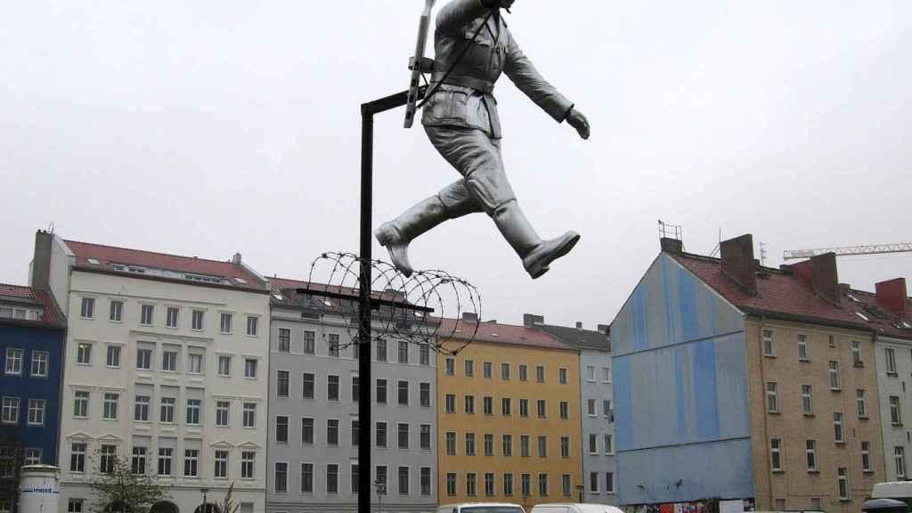 Escultura en Bernauer Straße, representando el momento de su huida.