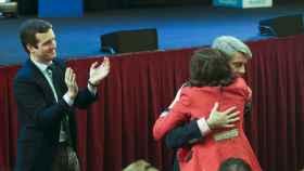 Ángel Garrido e Isabel Díaz Ayuso se abrazan frente a Pablo Casado.