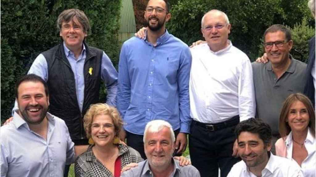 Primera línea: Carles Puigdemont, Valtònyc, Lluis Puig, Jaume Alonso-Cuevillas. Segunda línea: Jon Inarritu, Pilar Rahola, Josep Maria Matamala, Jordi Puigneró y Gemma Recoder.