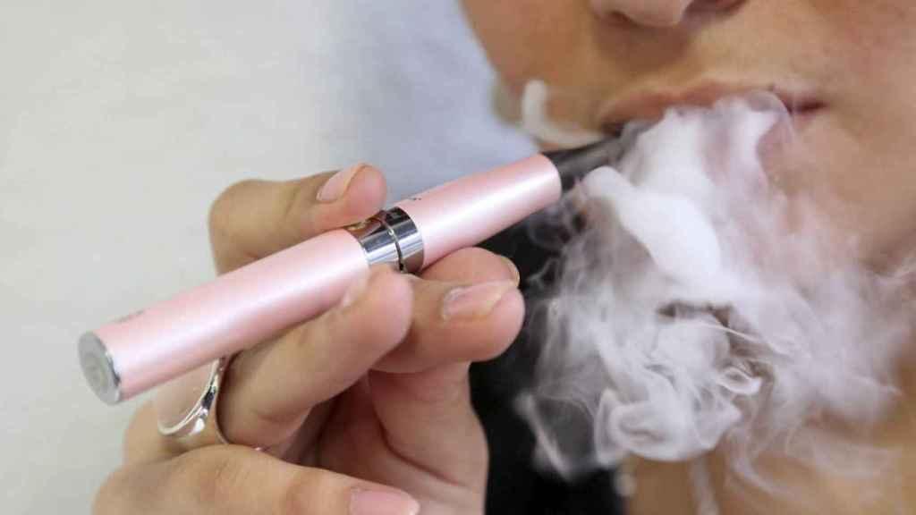 Una usuaria de cigarrillos electrónicos.