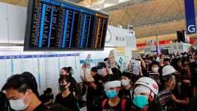 El aeropuerto internacional de Hong Kong ocupado por los activistas.